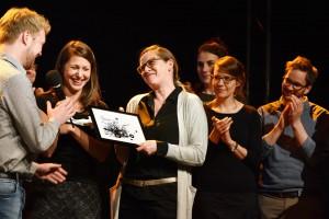 Christina Sothmann mit Trophäe und Redaktion